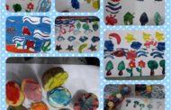 کار چاپ همراه با مریم های گل در کلاس نقاشی