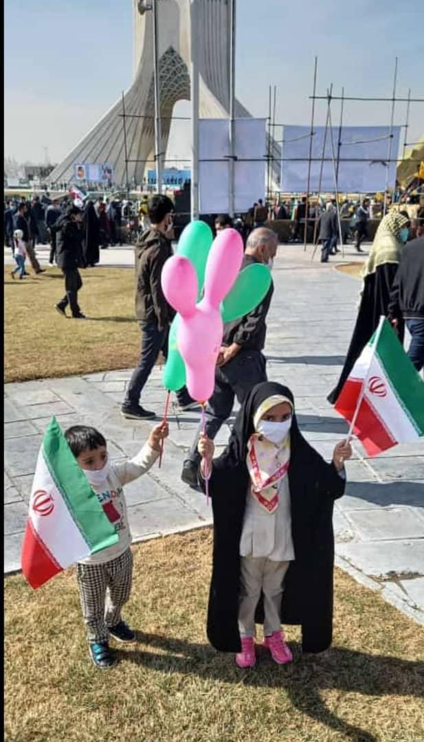 حضور نوآموز پیش دبستان دخترانه رفاه خانم نرگس خالقیان به همراه خانواده-میدان آزادی، راهپیمایی ۲۲ بهمن