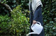 تصویر مقام معظم رهبری در روز درختکاری